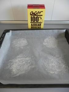 Espolvoreamos de azúcar las zonas donde vamos a colocar las tartitas