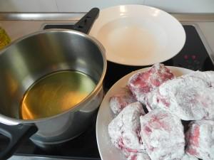 Doramos el rabo enharinado en una olla con aceite muy caliente