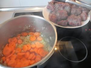 Añadimos las zanahorias a la olla