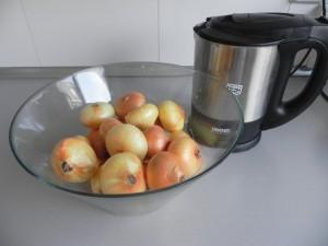 Ponéis als cebollitas en una fuente honda y calentais el agua