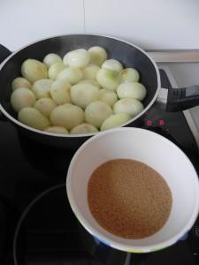 Añadís el azúcar a la cebollitas en la sartén