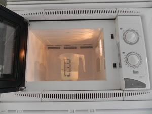 Calentamos la leche con la sal en el micro