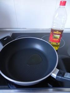 Ponemos unas gotas de aceite en una sartén