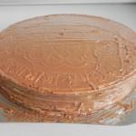 Untamos con crema también los lados de la tarta