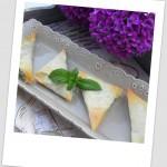 Triángulos de pasta filo rellenos de espinacas, requesón y piñones