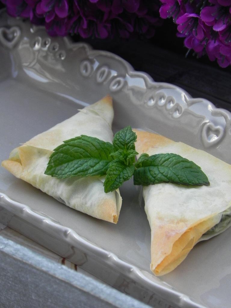 Triángulos de pasta filo rellenos de espinacas, piñones y requesón (Spanakopita)