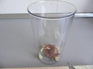 Ponemos el ajo y las anchoas en el vaso