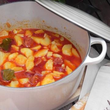 Patatas picantes con chorizo