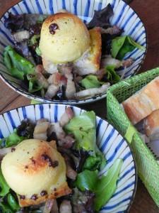 Ensalada francesa con con queso de cabra, bacon y vinagreta de mostaza