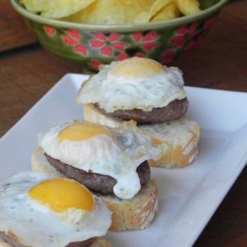 Pincho de hamburguesa con trufa y huevo de codorniz
