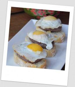 Pincho de hamburguesita con trufa y huevo de codorniz