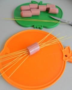 Atravesamos cada trozo de salchicha con 10 spaghetti