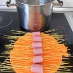 Cocemos la pasta con las salchichas en agua hirviendo con sal