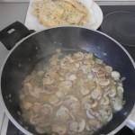 añadimos los escalopines de pollo a la mezcla de champis y cebolla ya pochados