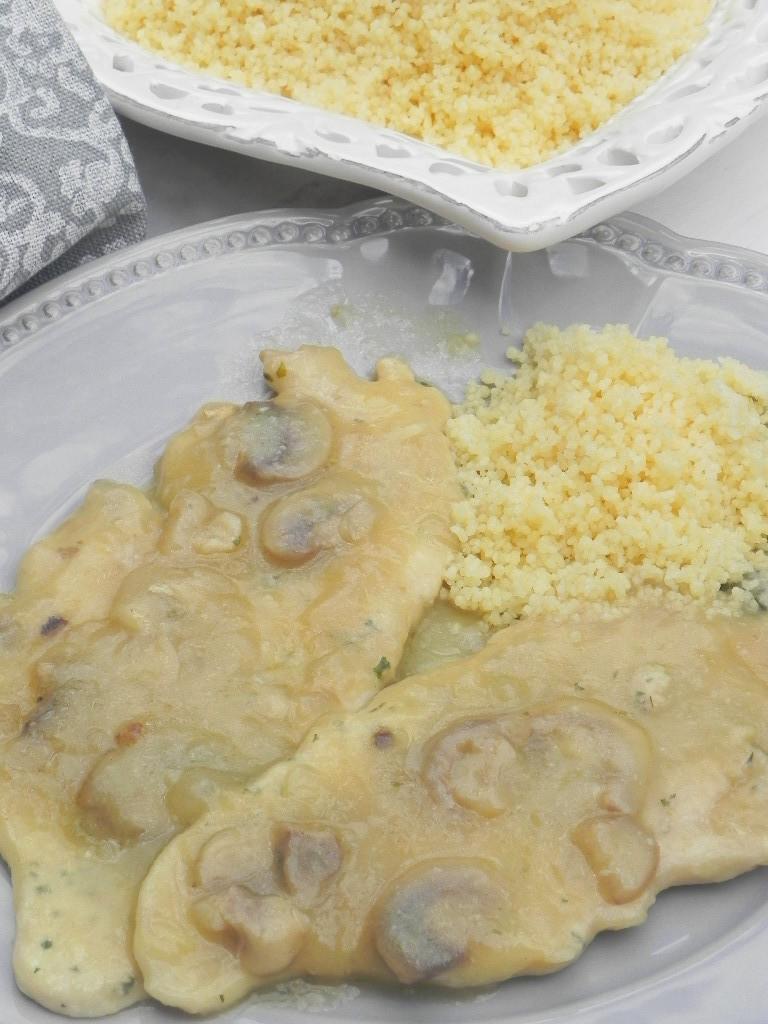 Escalopines de pollo al estilo Elena (con salsa de champiñones y zumo de manzana)