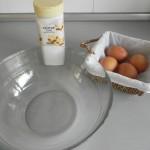 Batims los huevos con el azúcar glass