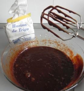 Añadimos la harina a la mezcla