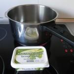 Calentamos un poco de mantequilla en una olla