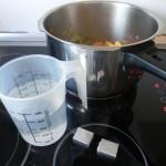 Añadimos las dos pastillas de caldo de pollo y el agua