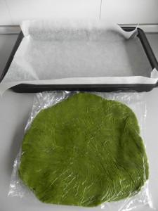 Hacemos las galletas con un molde y las ponemos en una bandeja de horno