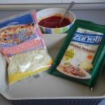 Preparamos la fuente con la salsa de tomate y los quesos