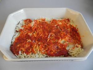 Ponemos de nuevo una capa de salsa de tomate sobre las berenjenas