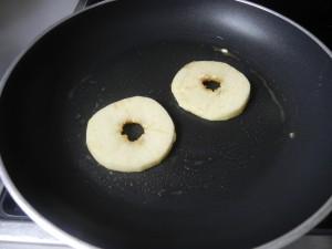 Doramos las rodajas de manzana vuelta y vuelta