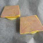 Ponemos las rodajas de manzana en una fuente de horno, y sobre ellas, una rodaja de foie