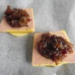 Añadimos la cebolla caramelizada sobre el foie