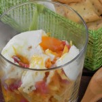 Vaso de huevos rotos con patatas paja y jamón