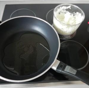 Doramos la cebolla y el ajo en una sartén