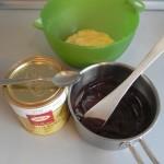 Añadimos el chocolate en el bol con menos masa