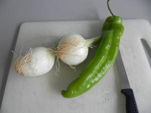 Limpiamos y partimos el pimiento y la cebolla