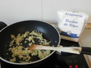 Añadimos la harina a la cebollita dorada