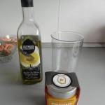 Añadís aceite en el vaso de la batidora y cucharaditas de mermelada de mango