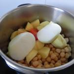 La añadimos, junto con las patatas, a la olla