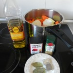 Añadimos un chorro de aceite, el laurel, las pastillas de caldo y las especias (pimentón y comino)