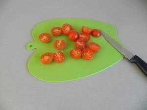 Partimos los tomatitos cherry por la mitad