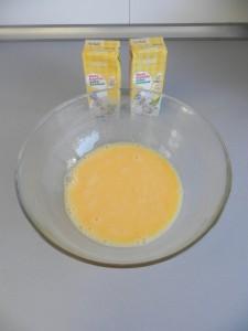 Batimos los huevos y les añadimos la nata