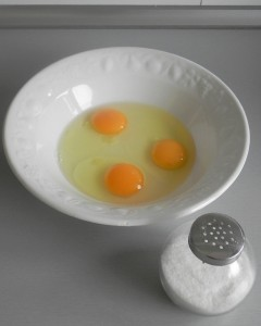 Batimos los huevos y añadimos la sal