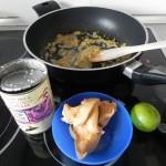 Añadimos la elche de coco, la pasta de cacahuete y el zumo de lima a la marinada