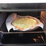 Metemos la pizza en el horno hasta que la base esté hecha