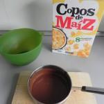 Añadimos los copos de maíz al chocolate derretido