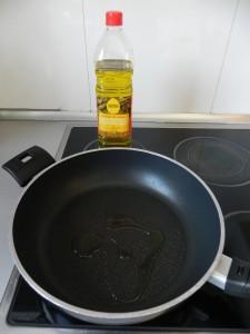 Las freímos en una sartén con aceite muy caliente