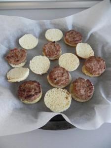 Colocamos encima las minihamburguesas y las ponemos en una fuente de horno