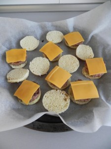 Ponemos el queso cheddar sobre las minihamburguesas