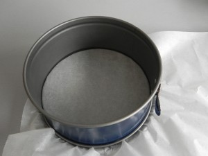 Ponemos papel de horno entre la base y los laterales y lo pillamos con el cierre