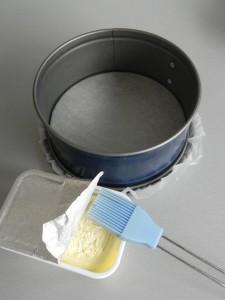Untamos mantequilla por la base y los bordes del molde