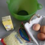 Mezclamos en un bol los huevos, el queso y la nata