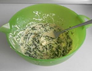 Lo añadimos al bol y removemos bien sin deshacer los trozos de queso